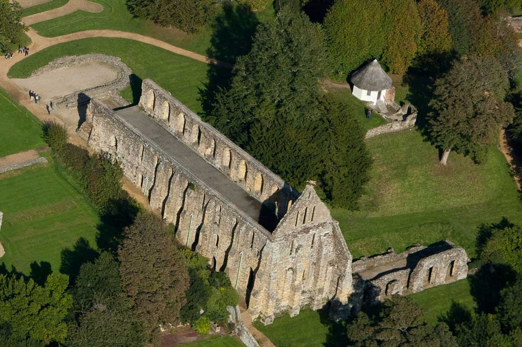 An aerial view of the Dorter at Battle Abbey. The small white thatched-roof building at the upper right of the photo is the ice house and dairy that was built between 1810 and 1820. (Photo: Barbara van Cleve [CC BY-SA 4.0])