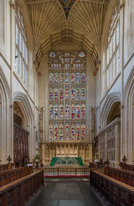 Stained glass window and altar at the eastern end of the nave of Bath Abbey. (Photo by David Iliff. Licence: [CC BY-SA 3.0])