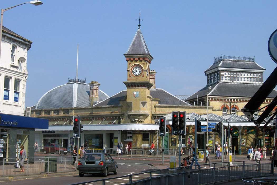 Eastbourne railway station (Photo: Theolimeister/Wikipedia [CC BY-SA 3.0])