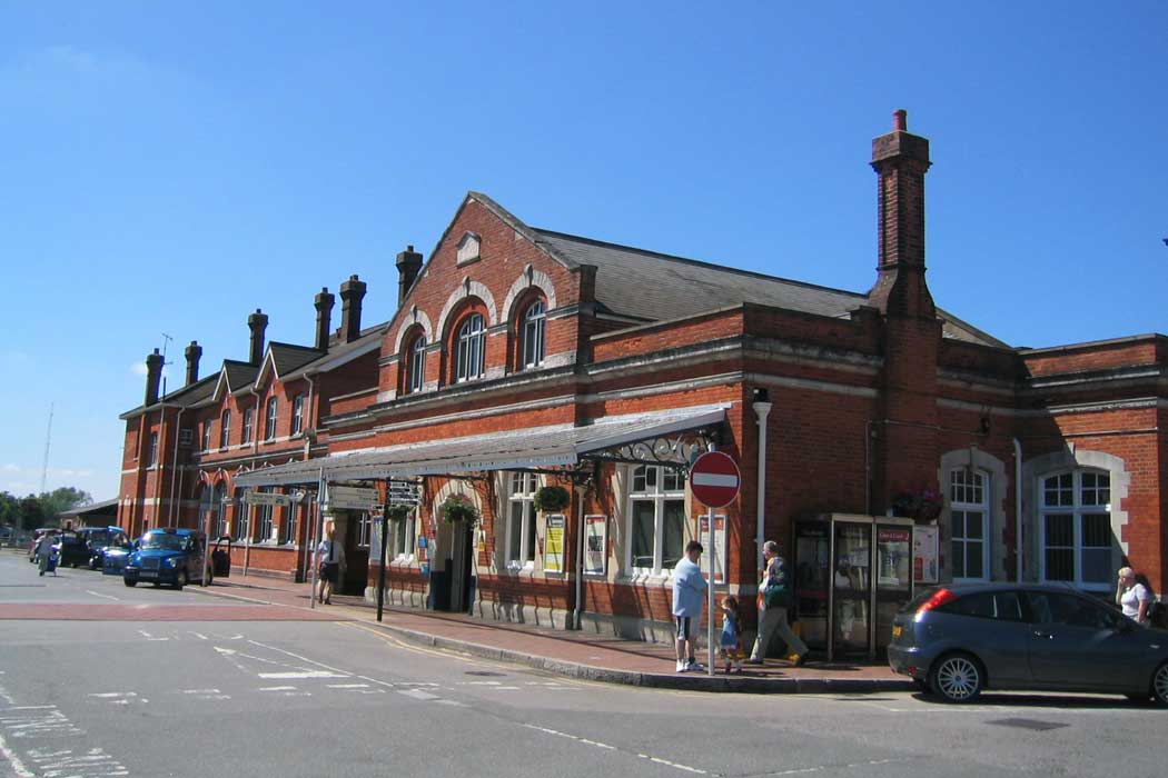 Salisbury railway station is at the western end of the city centre and most points of interest within the city centre are within a 10-minute walk and it is between a 10- and a 15-minute walk to Salisbury Cathedral and the attractions in the Cathedral Close.
