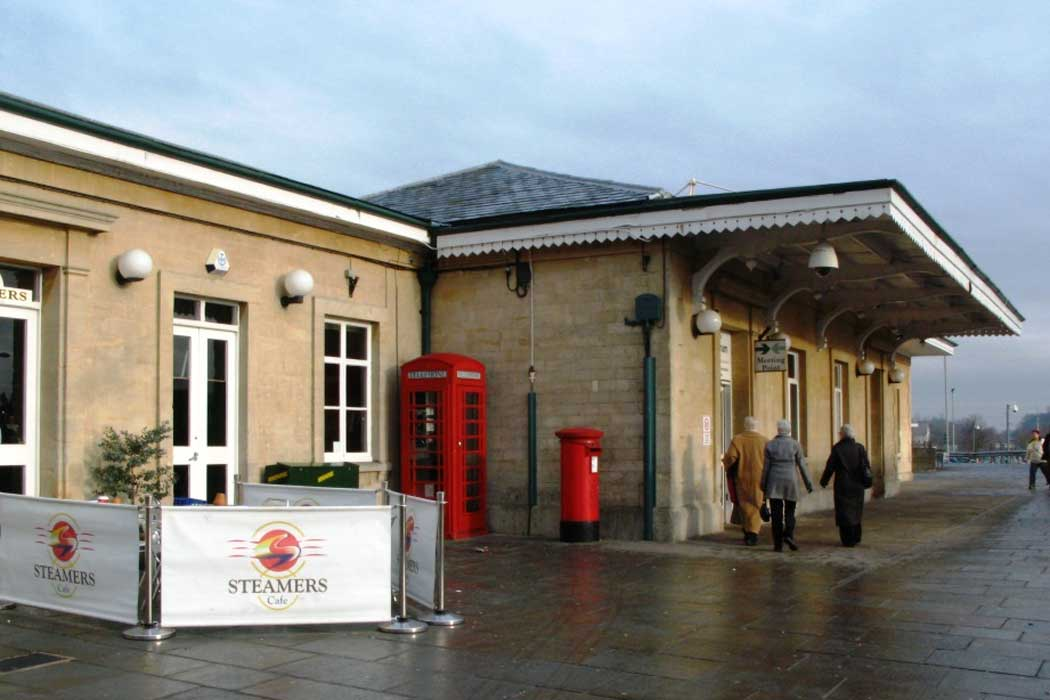 Chippenham railway station is on the Great Western Main Line, which connects Bristol with London Paddington. It is only 15 minutes from Bath and half an hour from Bristol, which makes Chippenham a good base for exploring the region. (Photo: Geof Sheppard [CC BY-SA 3.0])
