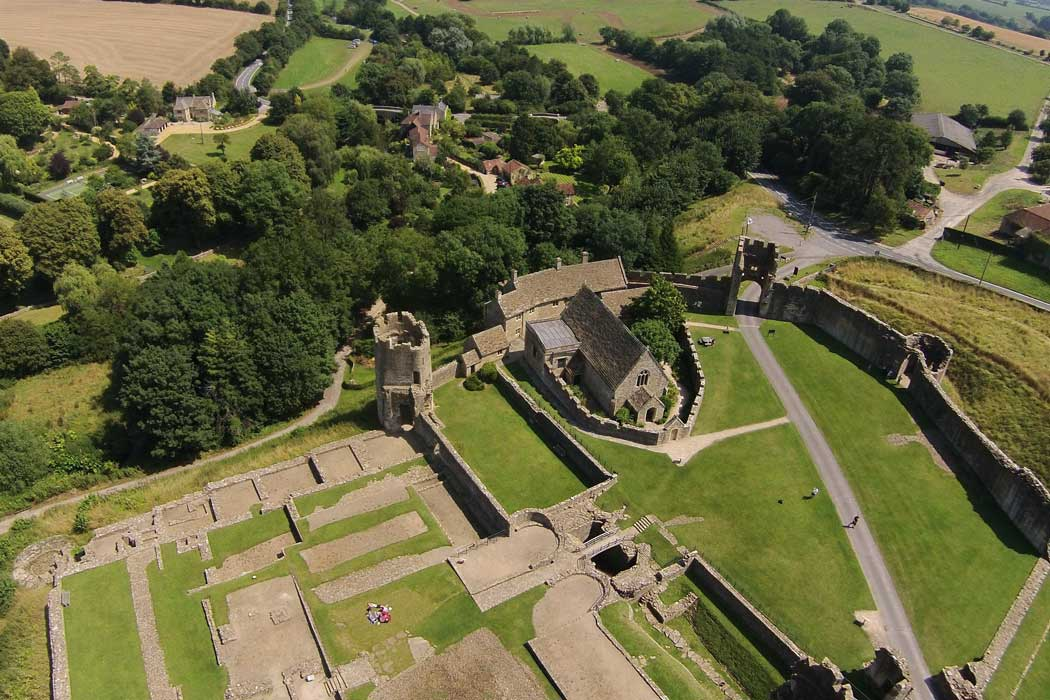 The 14th-century Farleigh Hungerford Castle is an easy excursion from either Bath or Bradford on Avon. (Photo: Rodw [CC BY-SA 3.0])