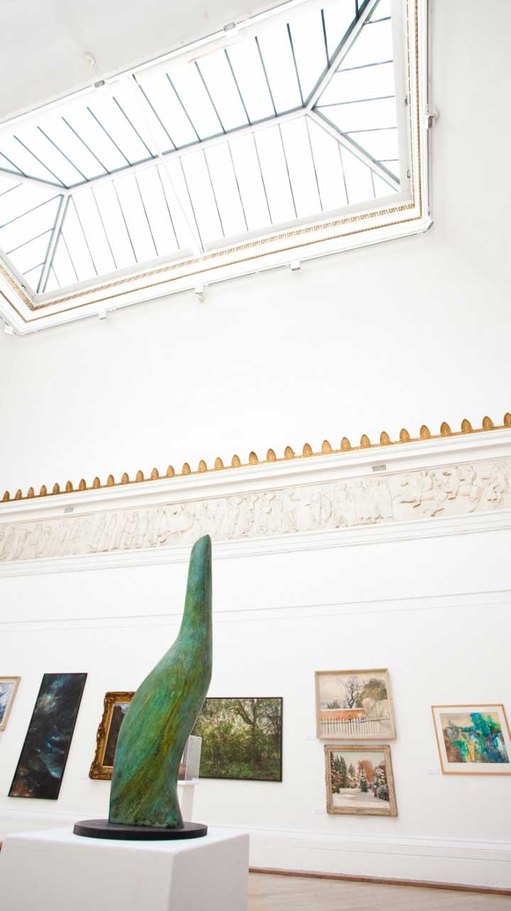 The galleries at the Royal West of England Academy (RWA) in Bristol are bathed in natural light from large skylights. The RWA also features a replica of the Parthenon Frieze. (Photo: RebeccaRWA [CC BY-SA 4.0])