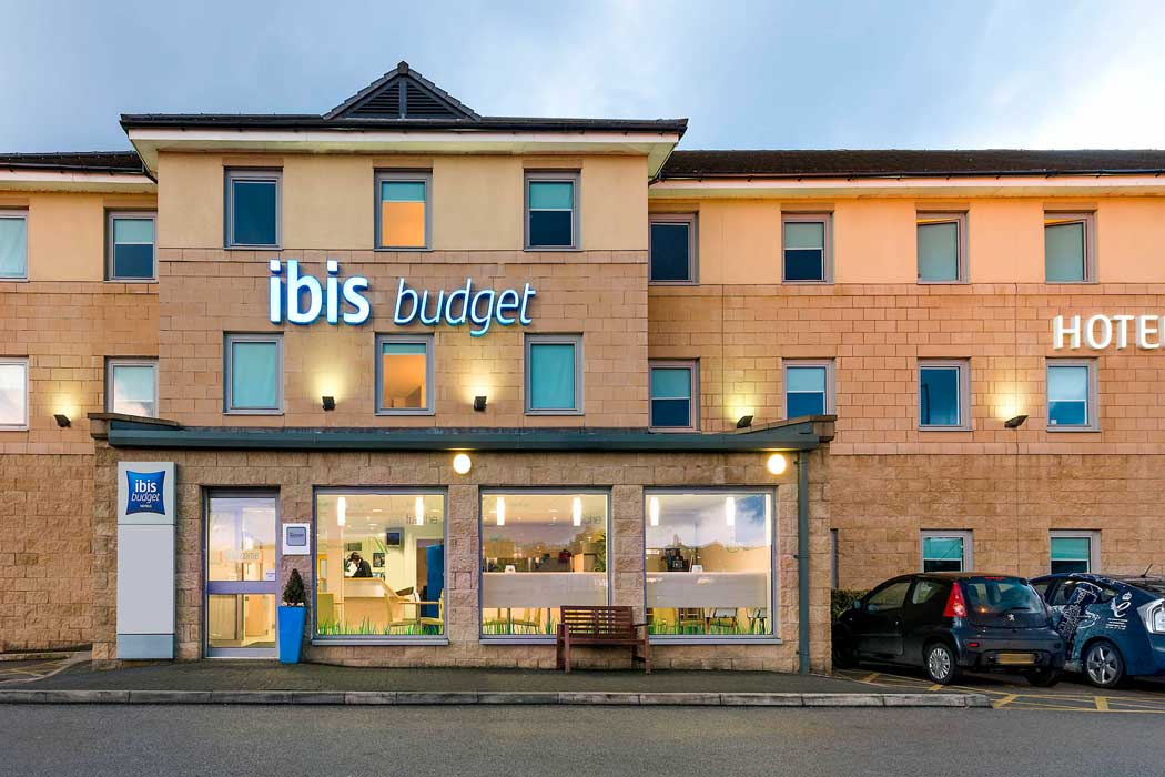 The ibis budget Bradford hotel is a cheap accommodation option across a busy road from a retail park. It is within walking distance to the city centre but there are better-located hotels elsewhere in Bradford. (Photo: ALL – Accor Live Limitless)