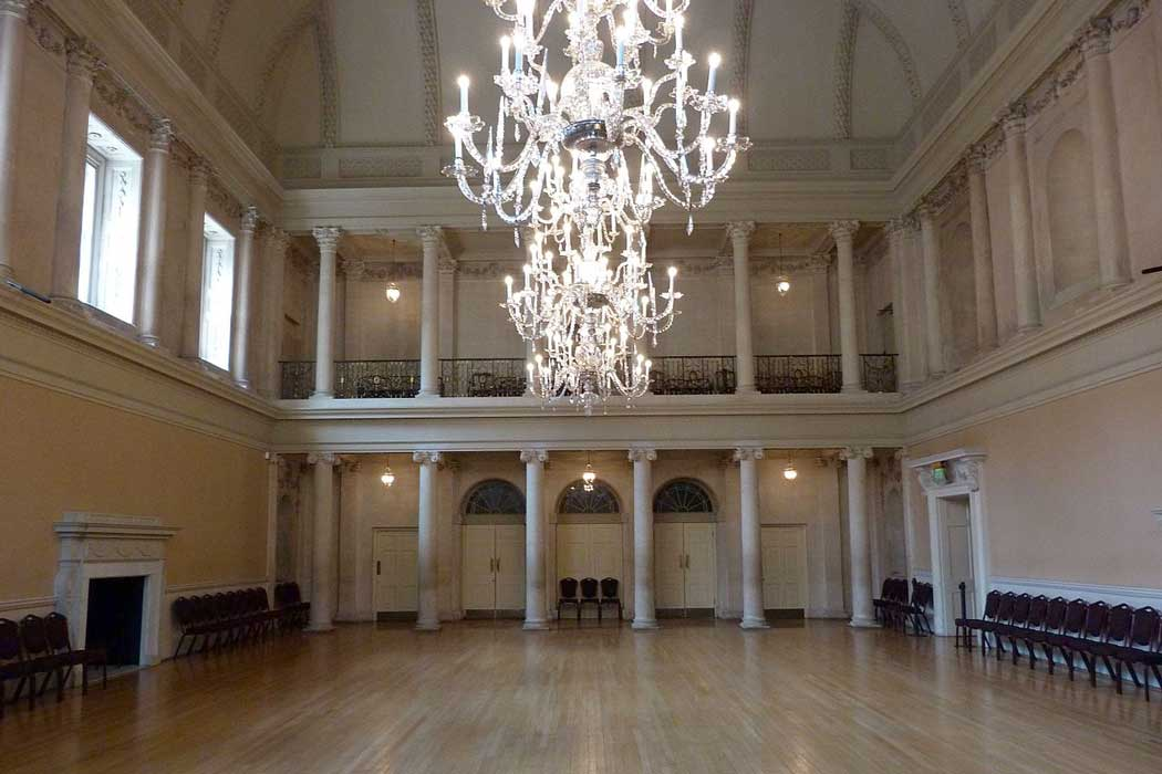 The three Chandeliers adorning the Tea Room in the Bath Assembly Rooms. (Photo: Glitzy queen00 [CC BY-SA 3.0])